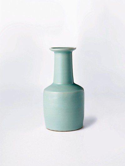 南宋龍泉粉青釉紙槌瓶,成交價逾16億元。 圖/佳士得提供