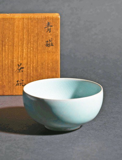 從未現身拍賣場的北宋汝窯天青釉茶盞,以逾2.2億元成交。 圖/佳士得提供