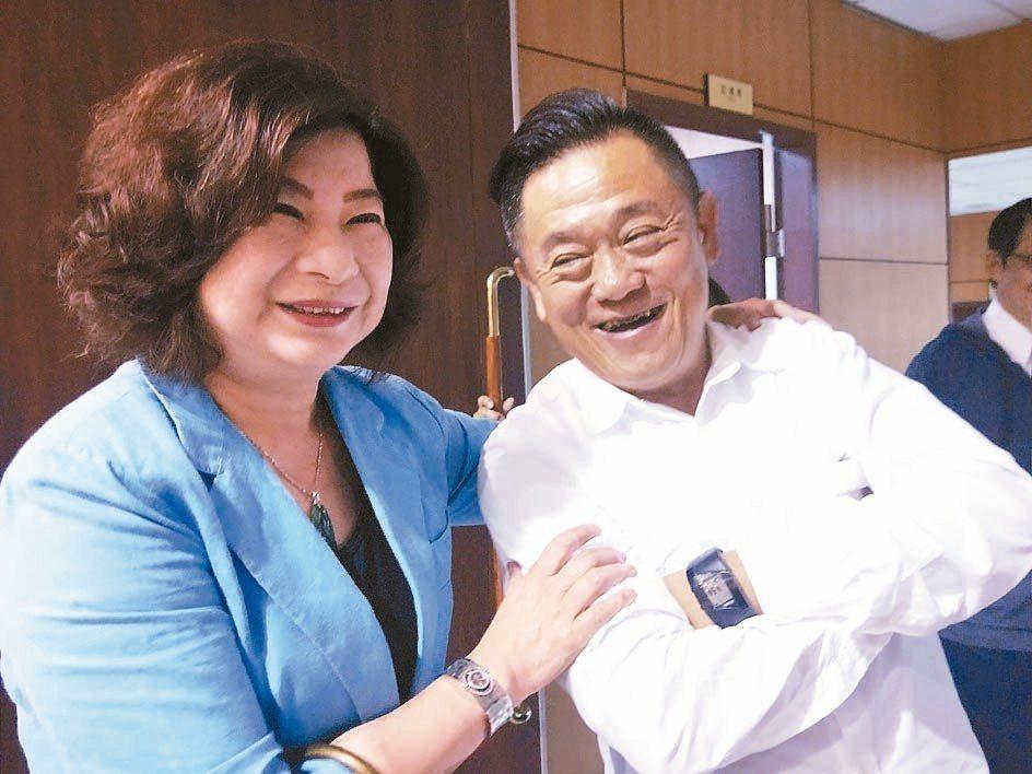 昨天上午議會開臨時會時,議長宋瑋莉(左)開心與議員合照。 記者游明煌/攝影
