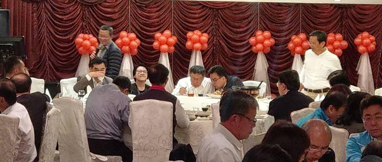 台北市長柯文哲(後排中)今晚宴請63位現任議員餐敘,「柯黑」議員都沒出席。記者楊...