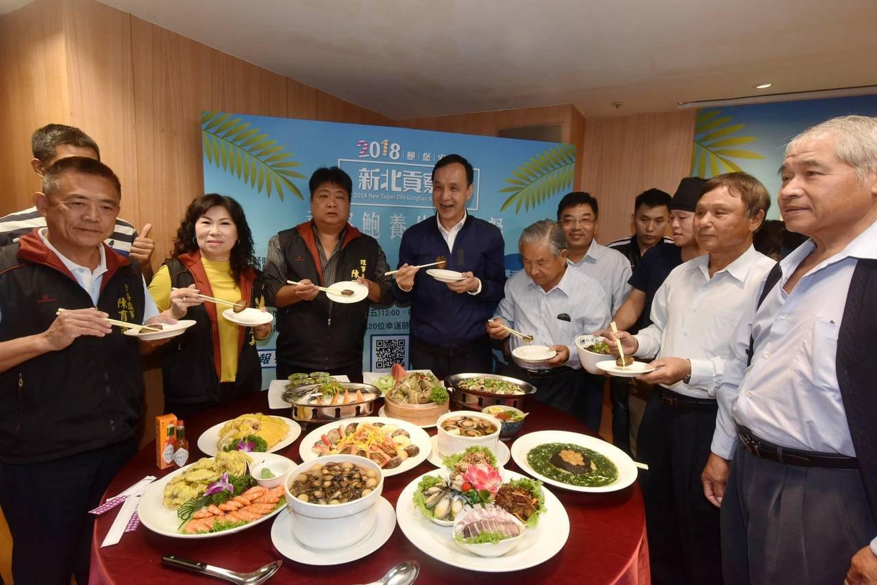 2018新北貢寮鮑產季起跑,滿桌鮑魚料理令人看得食指大動。記者張曼蘋/攝影