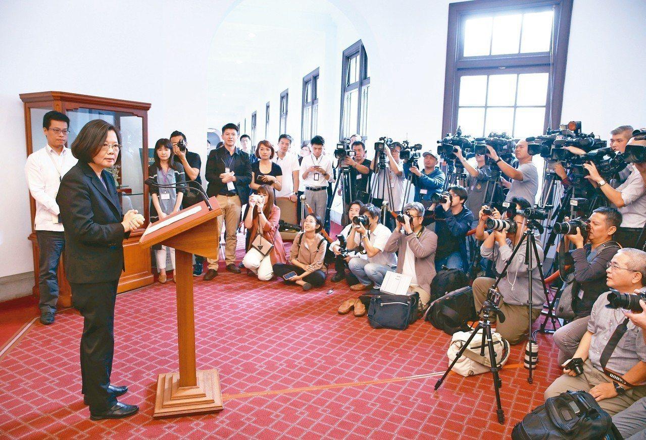 蔡英文總統昨天在總統府進行「迴廊談話」,回應時事議題。這是蔡總統首次以此形式發表...