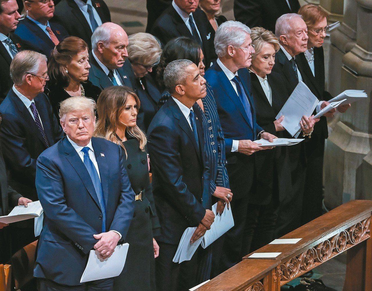 美國總統川普夫婦(前排左起)、前總統歐巴馬夫婦、柯林頓夫婦和卡特夫婦,五日在華盛...