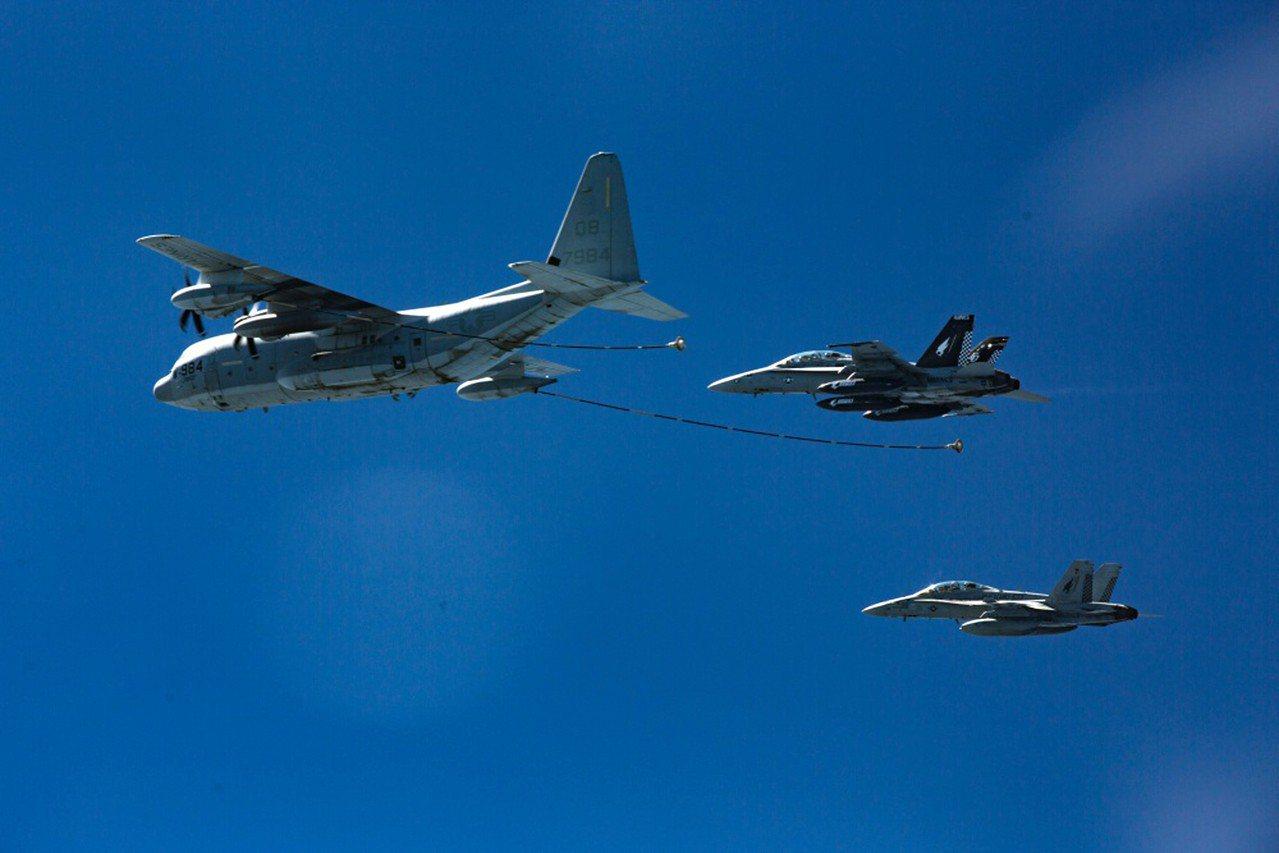 兩架美軍F/A-18D大黃蜂戰機準備和前方的KC-130J空中加油機進行空中加油...