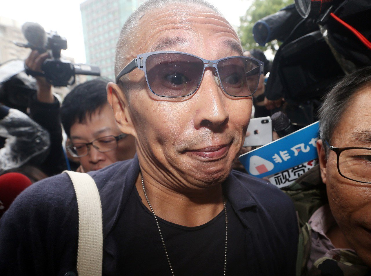導演鈕承澤(中)被控性侵,在神隱22小時後,今天上午前往大安分局說明案情。理了一...