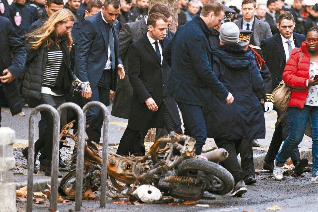法國總統馬克宏從阿根廷G20峰會回國後直奔巴黎凱旋門,視察「黃背心」示威運動造成...