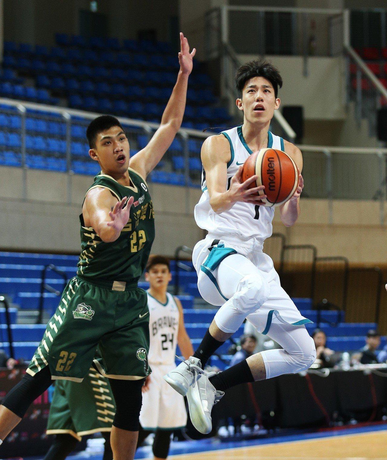 林書緯(右)攻下全場最高的19分。圖/中華籃球協會提供