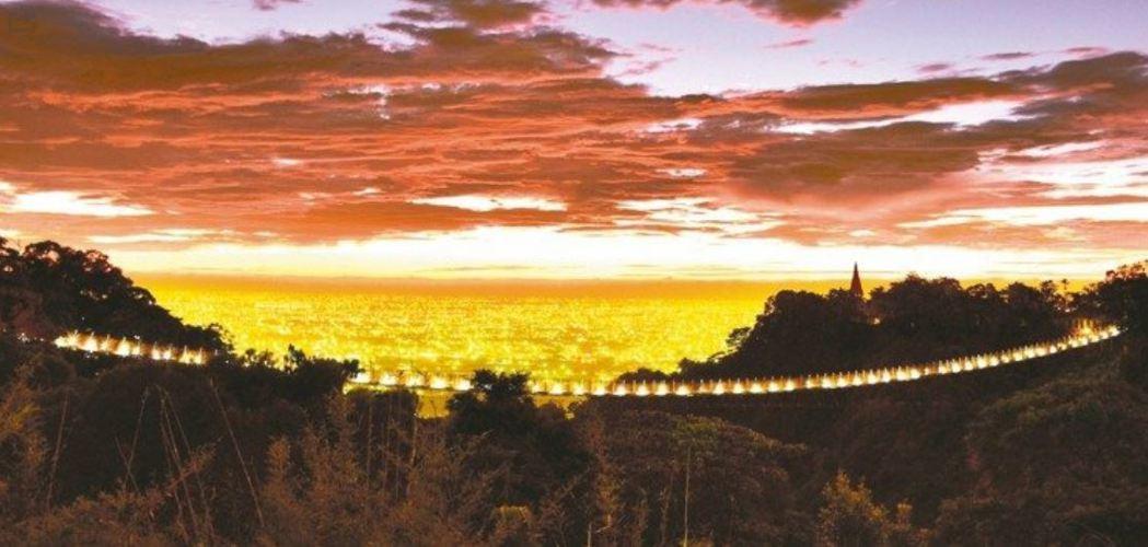 南投市猴探井天空之橋入夜點亮橋上太陽能LED燈,遠觀像掛在天際的燈廊,被譽為「最...