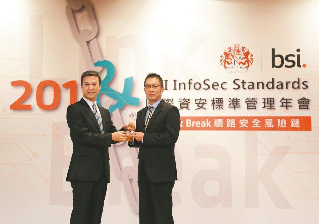 英國標準協會(BSI)台灣分公司總經理蒲樹盛(左)頒發「資安品質精銳獎」予元大人...