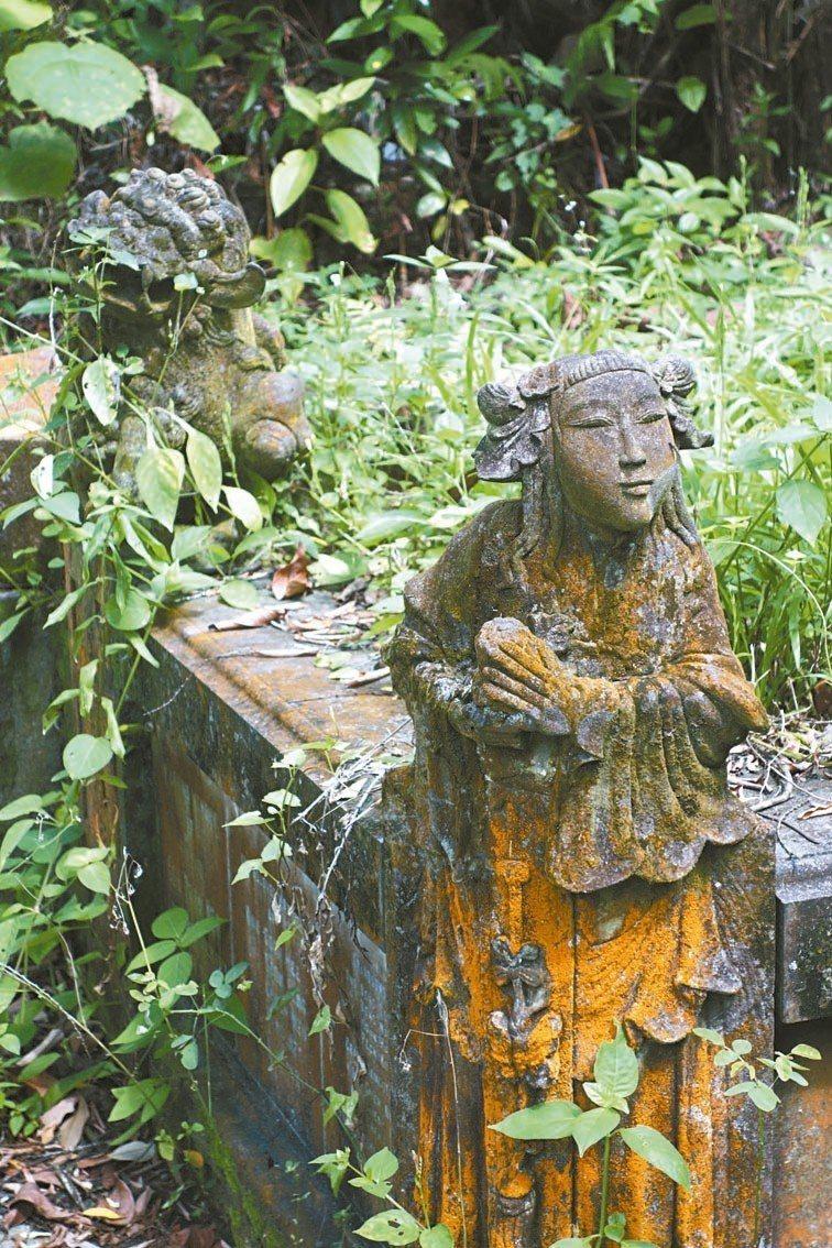 華人墳墓經常可見的金童玉女。 圖/葉孝忠