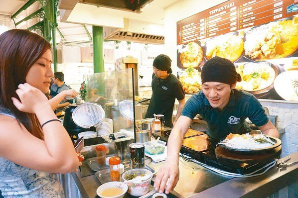 随著城市愈來愈國際化,在熟食中心裡也能品嚐到世界各地的美食。 圖/葉孝忠