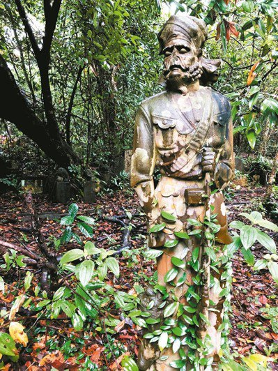墓地裡經常可見守護的錫克士兵的雕像。 圖/葉孝忠