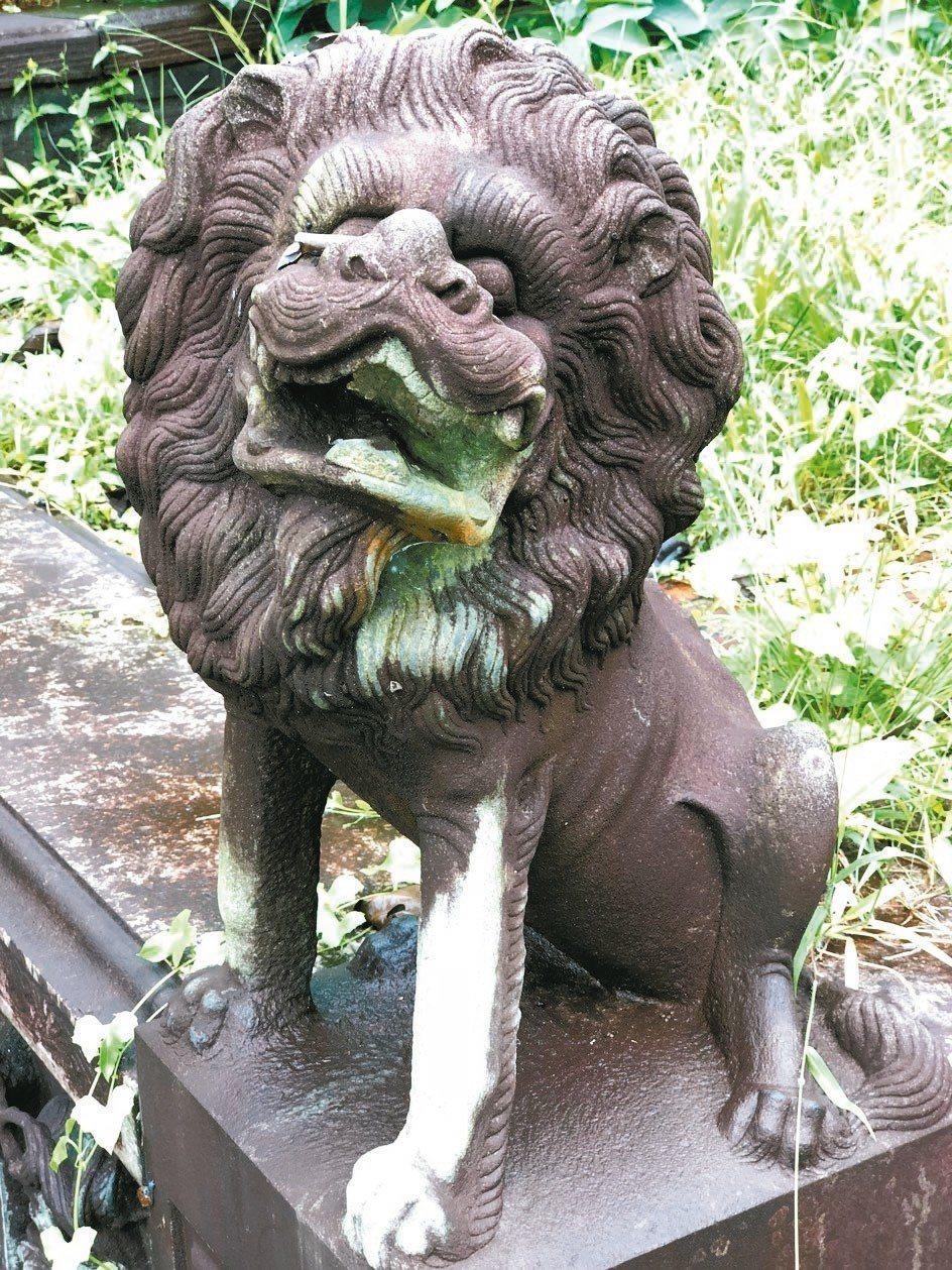 公墓裡的石獅子造型各異。 圖/葉孝忠
