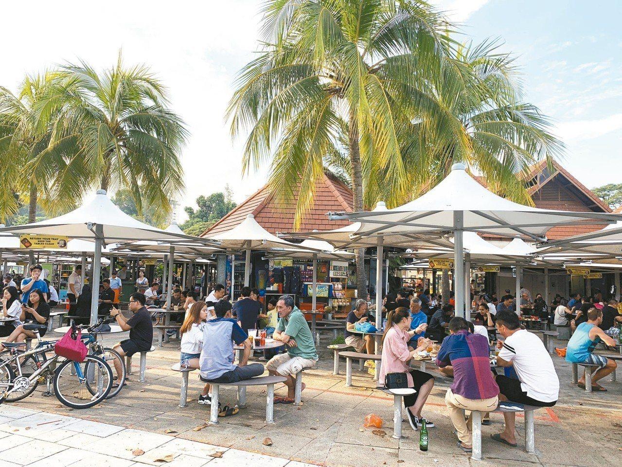 熟食中心是感受新加坡「吃情」的最佳場所,圖為深受新加坡人歡迎的東海岸熟食中心。 ...