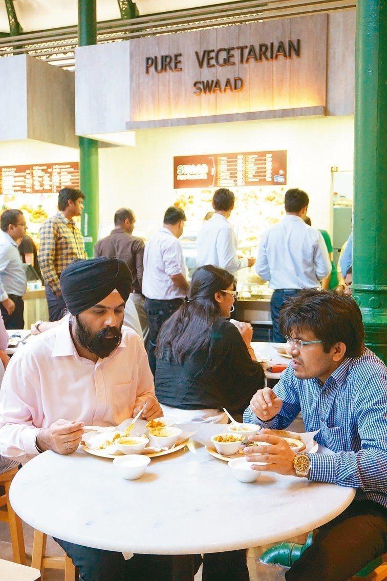 本地各民族的美食齊聚在熟食中心裡。 圖/葉孝忠