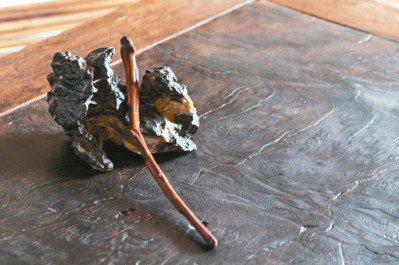 英石的硯山,用來放明代的竹茶匙。 攝影/陳立凱