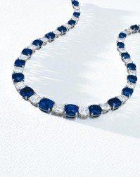 名為孔雀的喀什米爾天然皇家藍藍寶石項鏈,拍出新台幣4億5,897萬元高價,刷新喀...