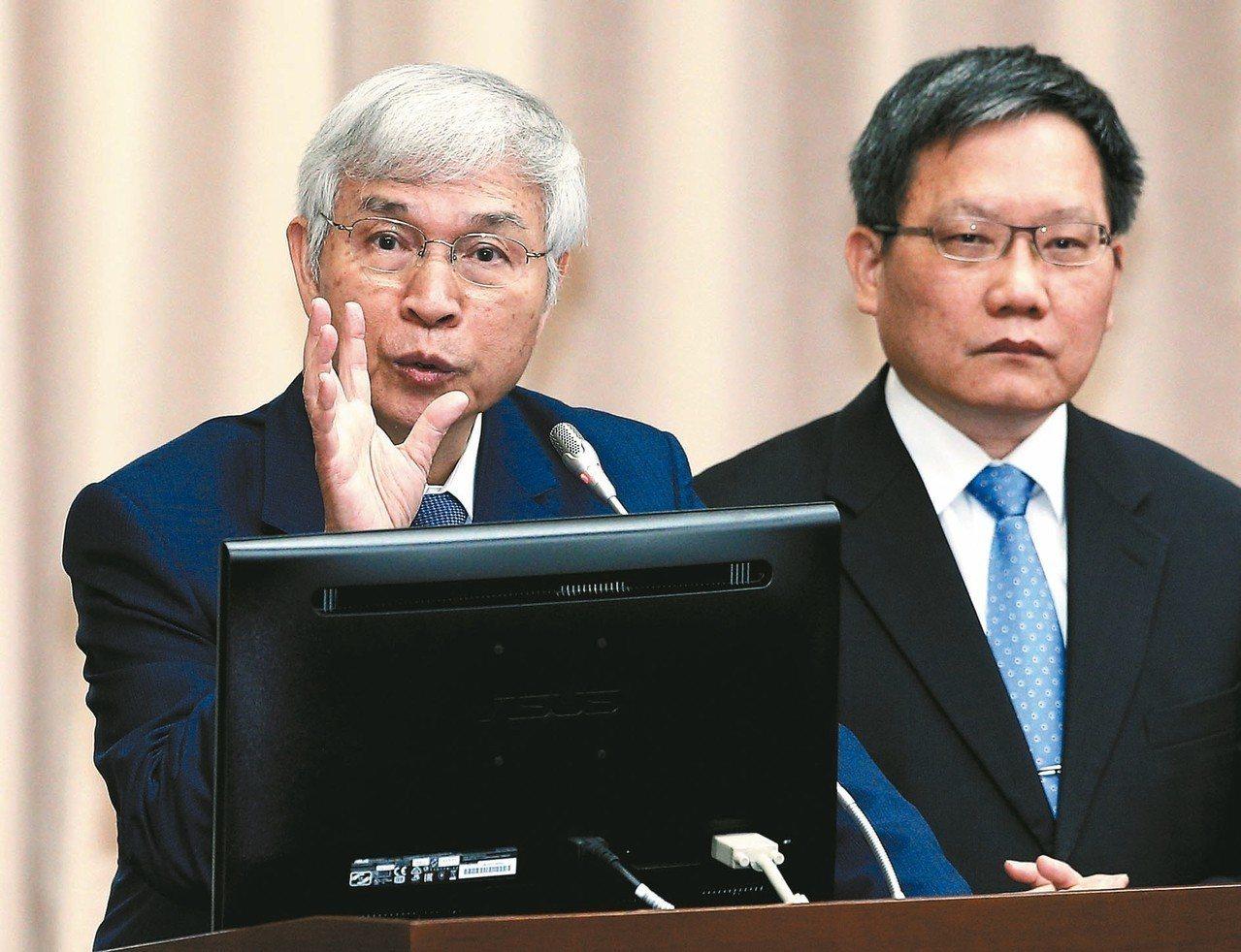 央行總裁楊金龍(左)。