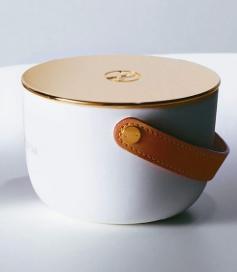 手做工藝:香氛蠟燭手工縫製的提把,以金屬鉚釘固定於瓷器,便於移動。 圖/各業者提...