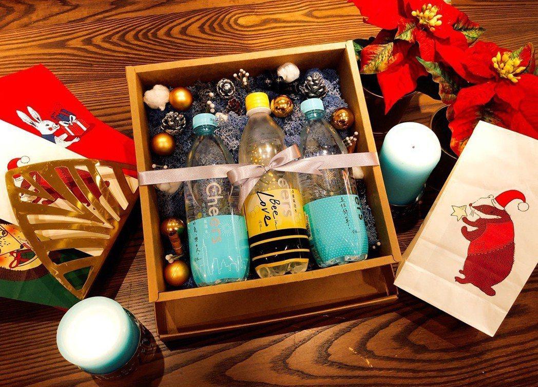 泰山Cheers氣泡水今年邀請到時尚攝影師余惟與象藝創意跨界設計限量新包裝。 業...