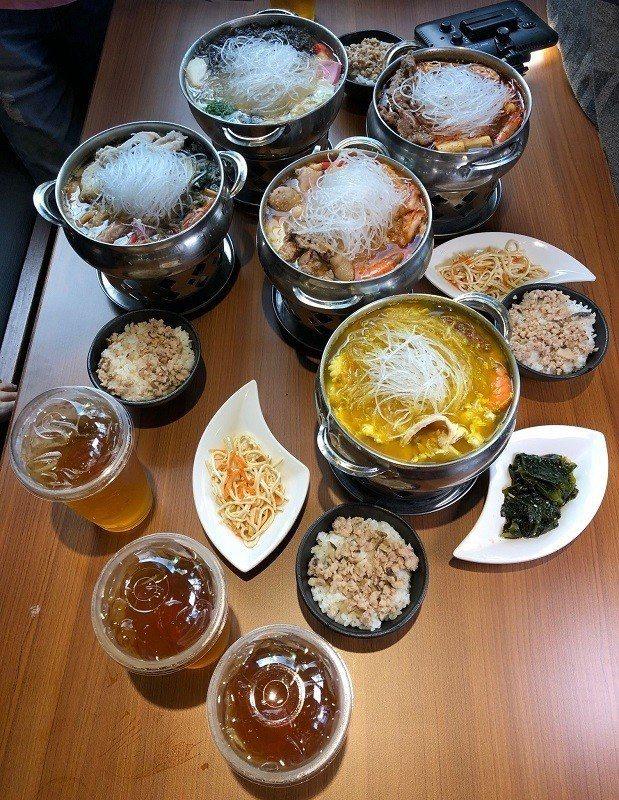 「三屏鍋家」由日本火鍋達人-伊藤針對台灣人設計的各式口味火鍋,有味噌鍋、原味鍋、...