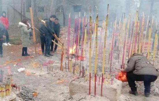 5.7米高的高粱引來大批村民膜拜。(取材自中國青年報)