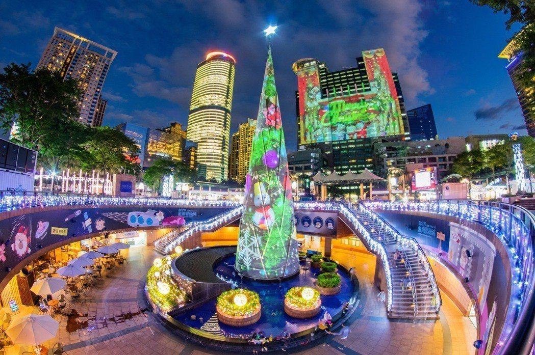以耶誕樹作為中心點的「新北市歡樂耶誕城」,每年都吸引滿滿人潮。 許展源/攝影