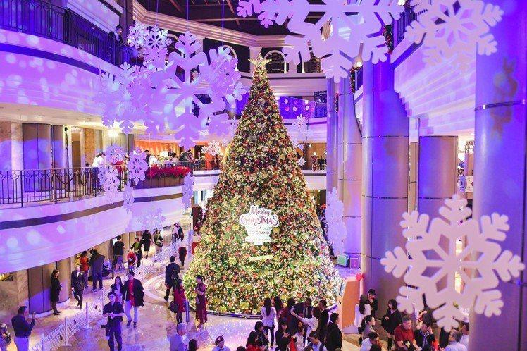屢次被網友點名「台北十大耶誕樹拍照熱點」的台北君悅酒店,今年的經典耶誕樹以典雅紅...