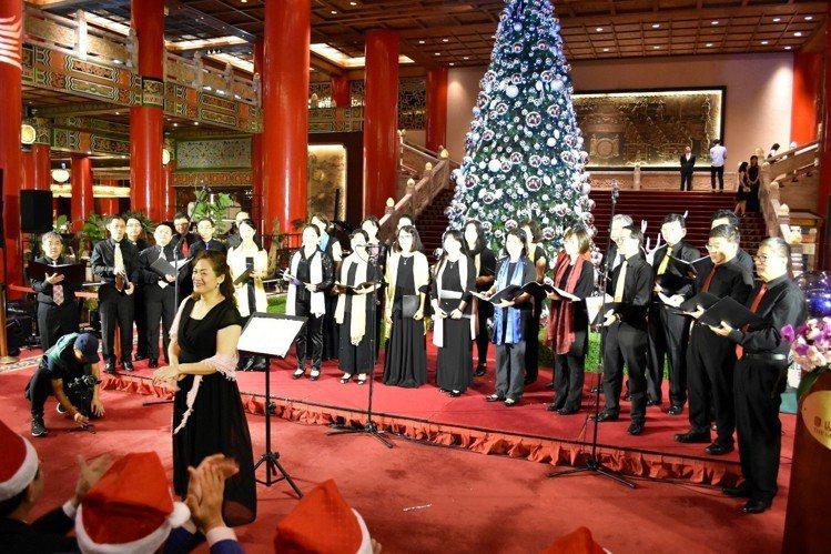 圓山飯店的耶誕樹有6公尺高、直徑3公尺,今年以銀色系為主。 圖/圓山提供