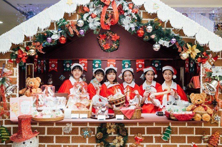 台北王朝酒店不僅有高聳的耶誕樹,另一個吸睛焦點則是台北市最大的人造手工薑餅屋,預...