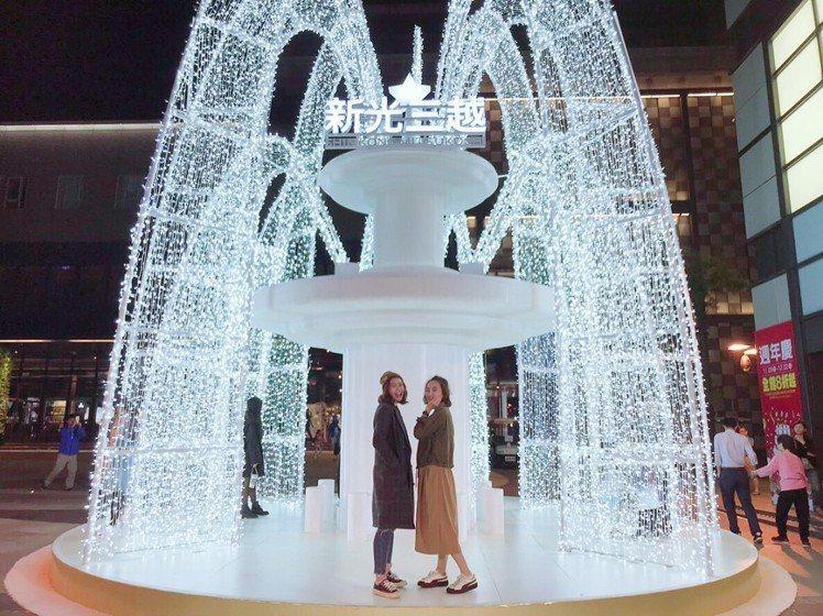 台南新天地8米高的「希望噴泉」是今年耶誕節必拍打卡熱點之一。 圖/新光三越提供