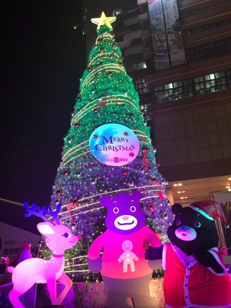 天母大葉高島屋的耶誕樹今年與台北市政府的活動吉祥物「熊讚」玩偶合作,這隻穿著薑餅...