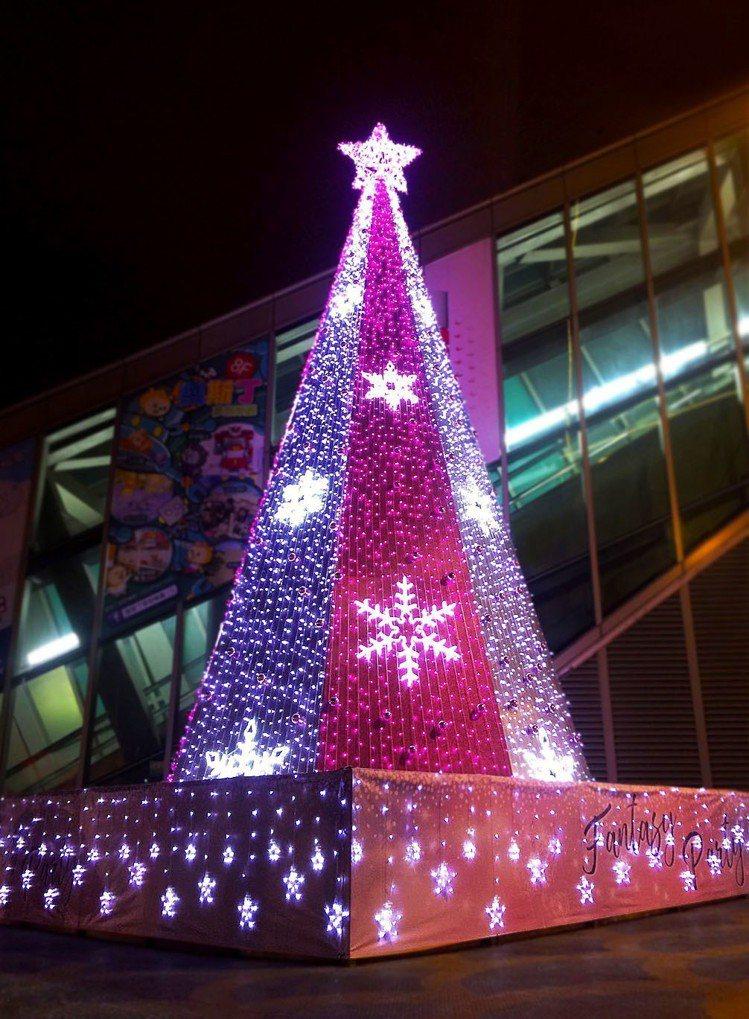 京華城3層樓高浪漫粉色耶誕樹美,拍打卡的效果絕美。 圖/京華城提供