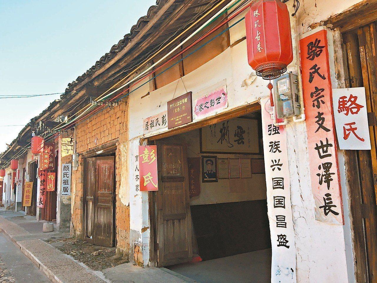 珠璣巷每一間民居門前,掛著姓氏祖居。記者汪莉絹/攝影
