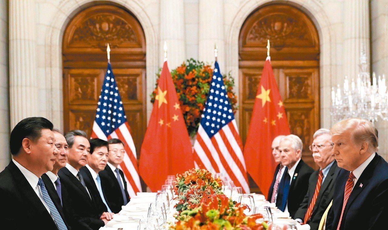 美國總統川普(右一)與中國大陸國家主席習近平(左一)1日於阿根廷舉行晚餐會議。 ...