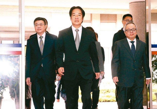 行政院上午召開記者會,院長賴清德(中)、秘書長卓榮泰(左)、副院長施俊吉(右)一...