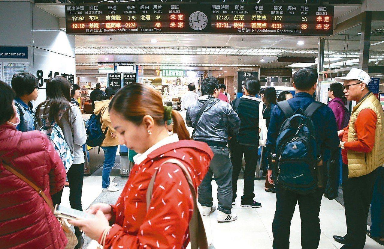 台北車站大批旅客行程受阻,因不知何時能修復通車,月台受及剪票入口民眾苦候。 記者...