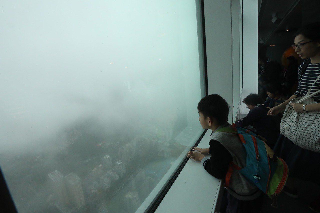 台北市立啟明學校學生7日在老師及家長陪同下,前往台北101景觀台參訪,俯瞰台北市...