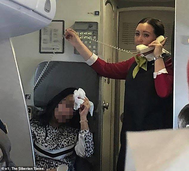 高溫的機艙讓乘客感到身體不適。圖擷自今日郵報