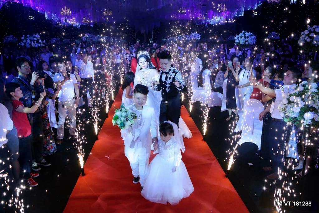 越南新郎俊英為新娘準備的豪華婚禮,羨煞了許多人。圖擷自Tin tức 24h