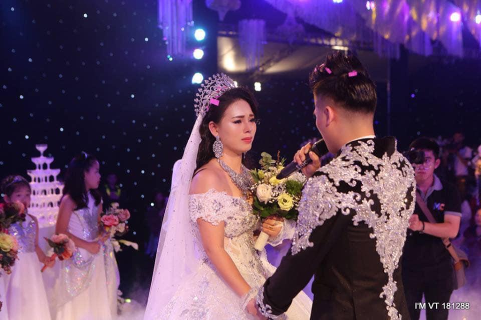 遲來的豪華婚禮讓新娘感動落淚。圖擷自Tin tức 24h