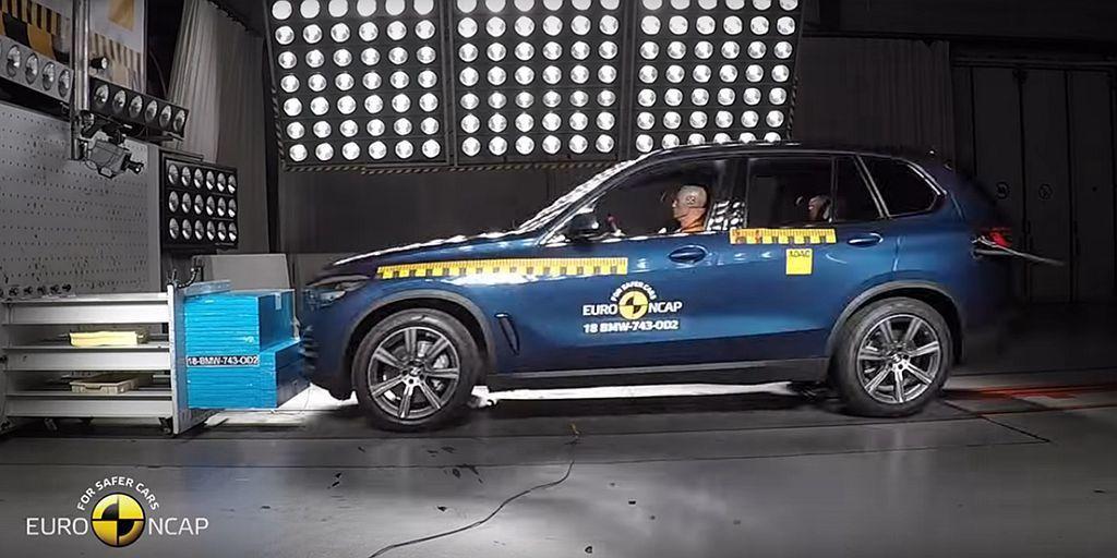 至於全新第四代BMW X5,在車測試過程中膝部防護氣囊出現未啟動情況,原廠也將針...
