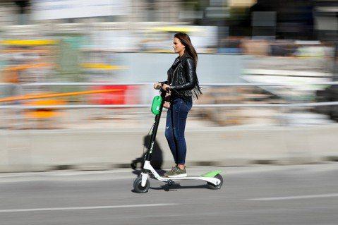馬德里三大電動滑板車營運商,4日遭要求全城下線。 圖/路透社