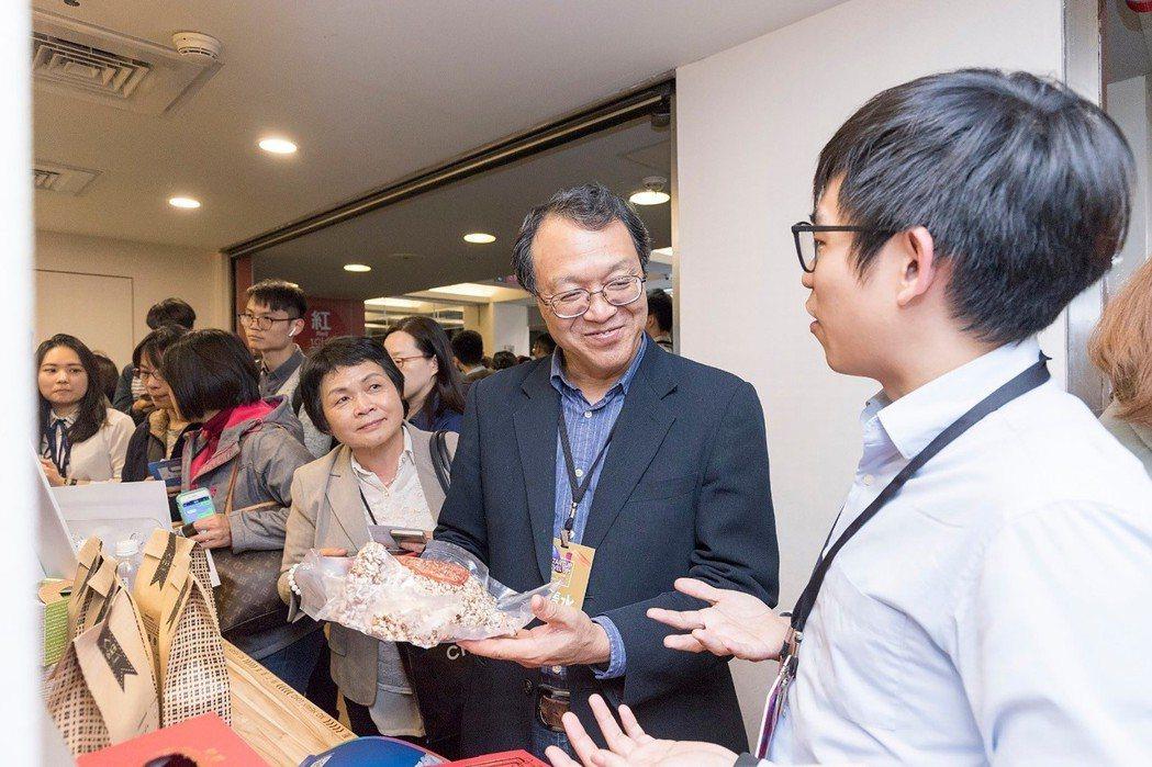 好米芽HOMIYA向教育部青年發展署羅清水署長(右二)介紹新創與新商業模式。