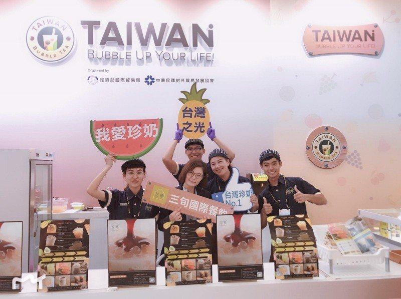 拾覺細做輕飲創辦人顏若宜(前排左二)與團隊在高雄食品展。 業者/提供