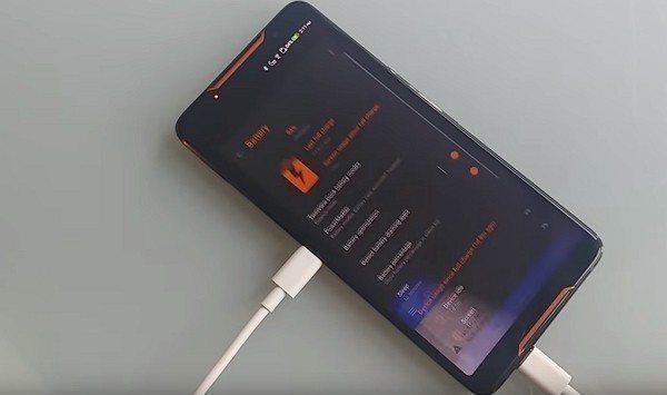▲ 插上後,螢幕顯示充電中