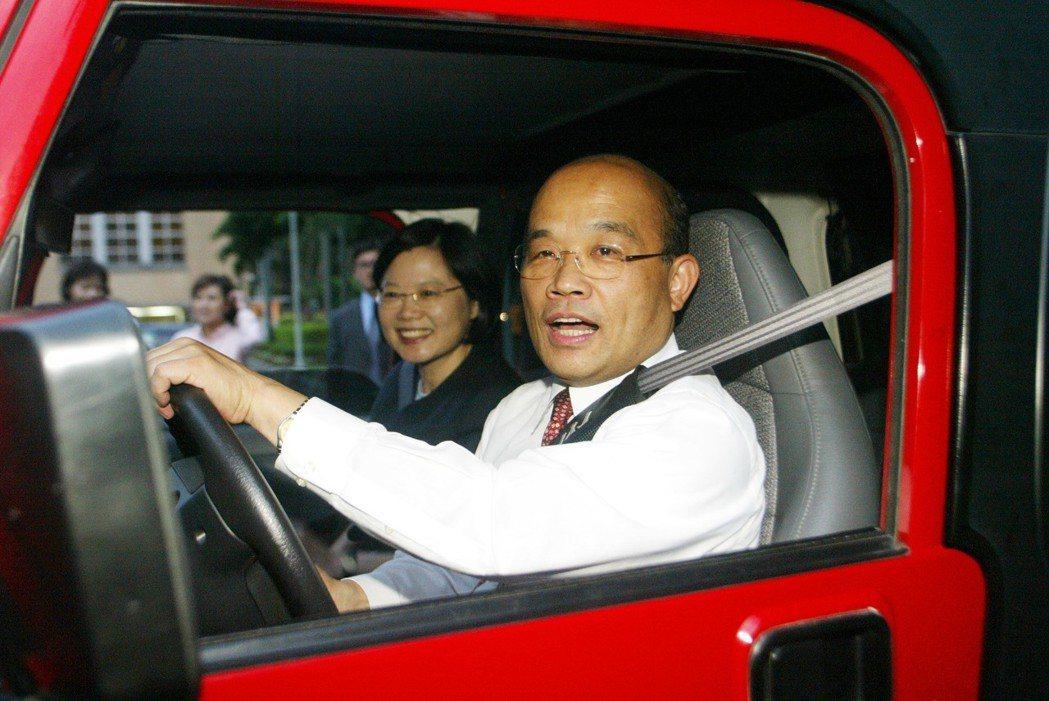 2006年6月,行政院長蘇貞昌下班後,在行政院載著副院長蔡英文練習開吉普車。聯合...
