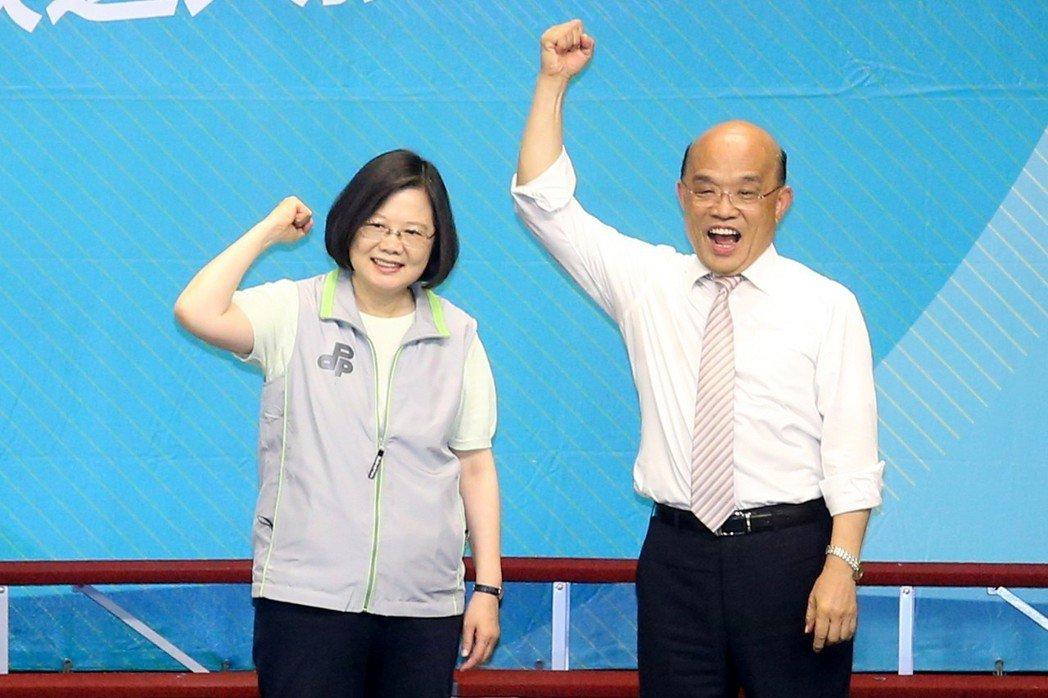 蔡英文總統(左)八月到新北市,幫黨內新北市長參選人蘇貞昌(右)站台造勢,她細數蘇...