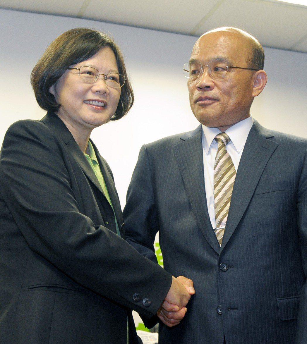 2011年5月,民進黨主席蔡英文(左)拜訪行政院前院長蘇貞昌(右),蔡蘇會上,蘇...