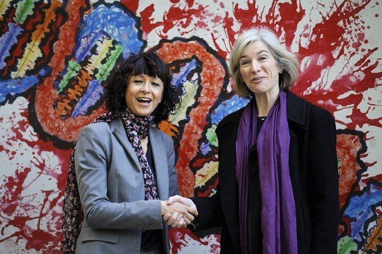 左為細菌學者夏邦提耶(Emmanuelle Charpentier),右為生化學...